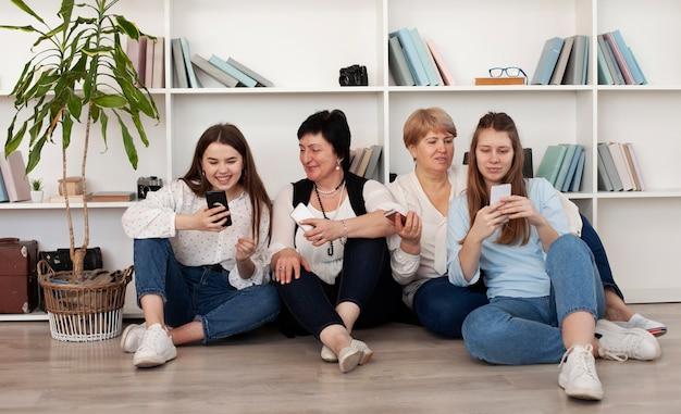 Grupo de unión de mujeres y teléfonos móviles.