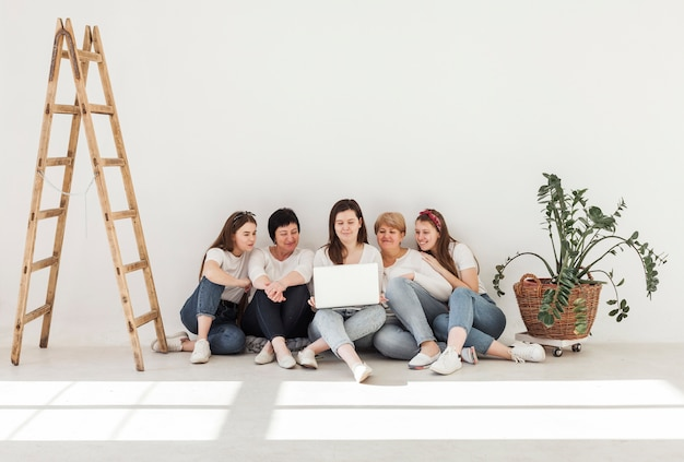 Grupo de unión de mujeres tiro largo