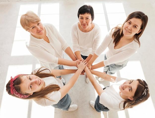 Grupo de unión de mujeres tomados de la mano