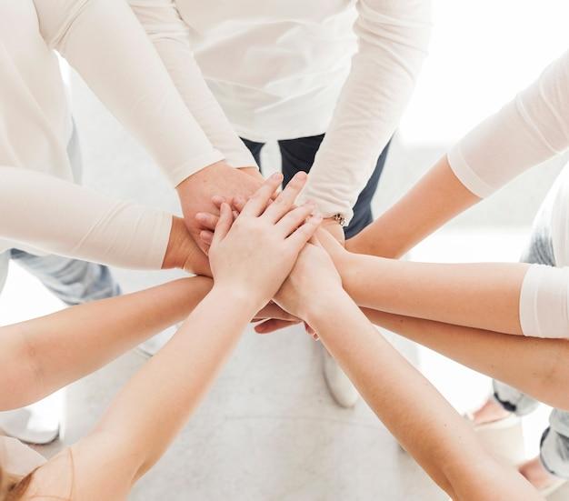Grupo de unión de mujeres variedad de manos