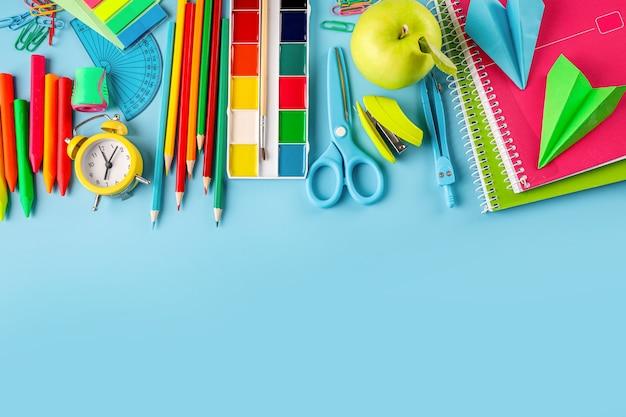 Grupo de útiles escolares en azul