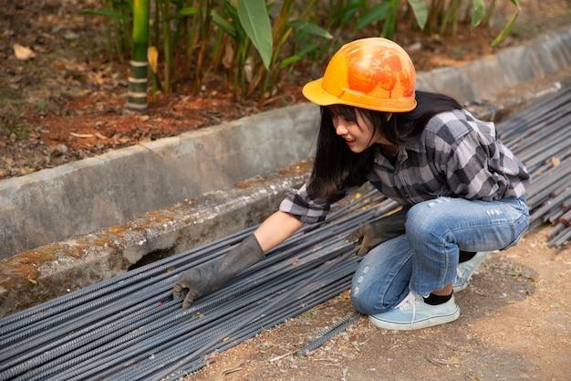 Un grupo de varillas de acero apretadas por la cadena y elevar en el sitio de construcción