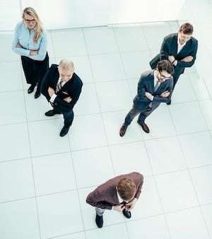 Grupo de vista superior de diversos empresarios de pie en la oficina