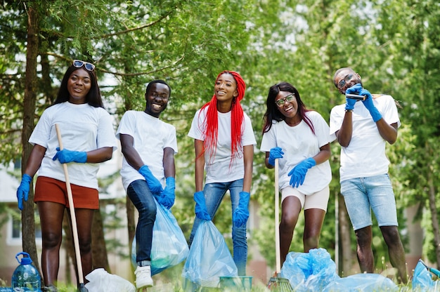 Grupo de voluntarios africanos felices