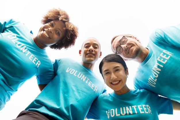 Grupo de voluntarios felices y diversos