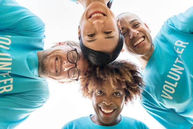 Grupo de voluntarios felices y diversos.