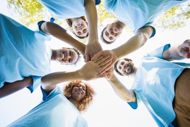 Grupo de voluntarios formando amontonamientos