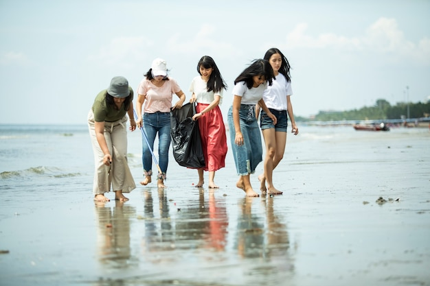 Grupo de voluntarios que mantienen limpia la playa.