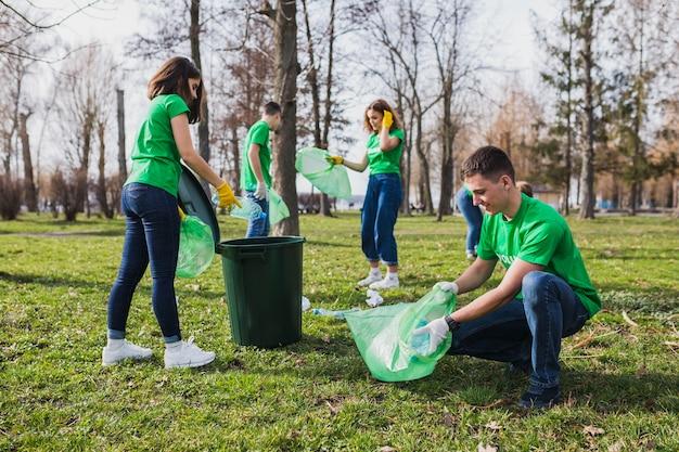 Grupo de voluntarios  recogiendo basura