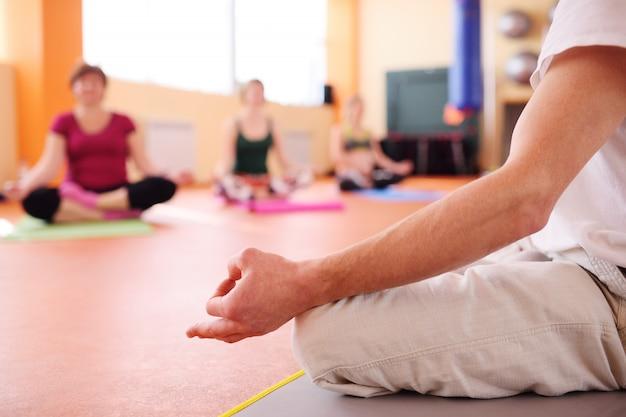Grupo de yoga realiza asanas