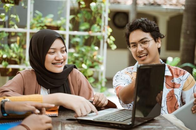 Grupos de adolescentes aprenden juntos para trabajar en tareas universitarias