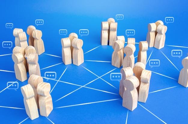 Los grupos de personas que se comunican están conectados por líneas.