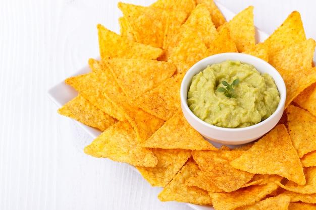Guacamole de aguacate con nachos