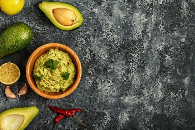 Guacamole casero con ingredientes