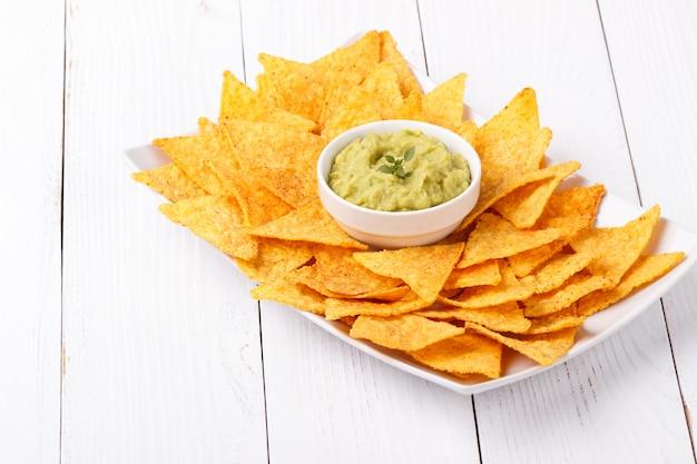 Guacamole con chips de maíz
