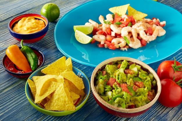 Guacamole comida mexicana con ceviche y nachos.