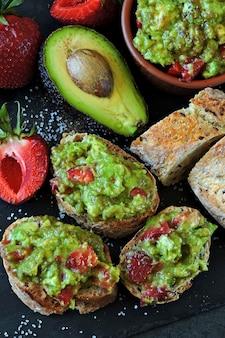 Guacamole de fresa con baguette de fitness. refrigerio saludable. dieta keto keto snack.