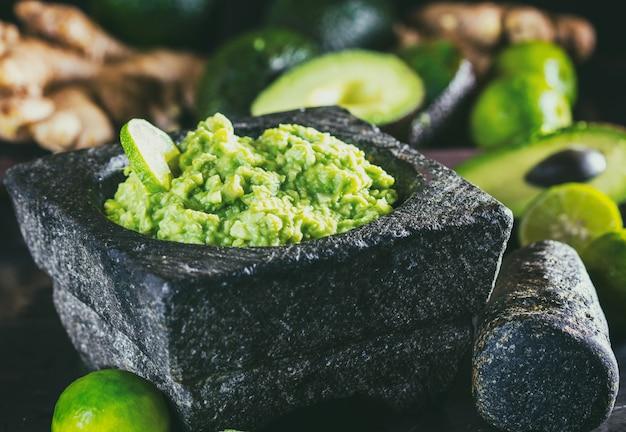 Guacamole mexicano latinoamericano con aguacate y jengibre