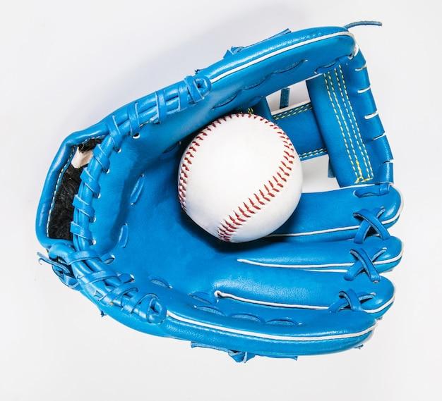 Guante de béisbol de color azul aislado en blanco con trazado de recorte un desgastado
