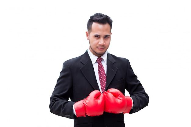 Guante de boxeo elegante del desgaste del hombre de negocios en el fondo del aislante, pizca