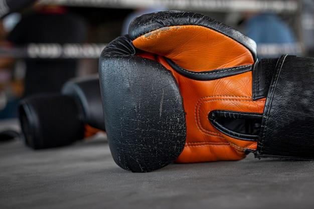 Guante de boxeo en el ring de boxeo en el gimnasio