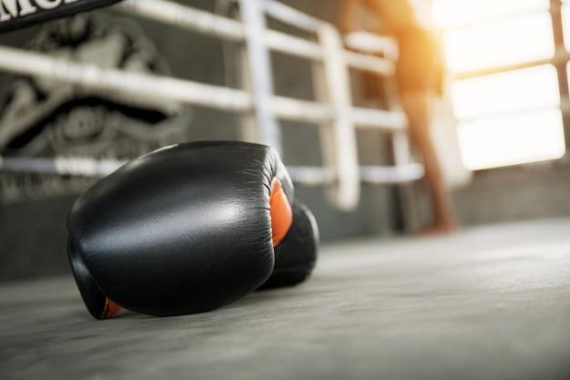 Guantes de boxeo en el aro.