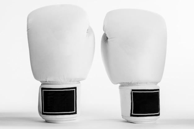 Guantes de boxeo blancos aislados sobre fondo blanco.