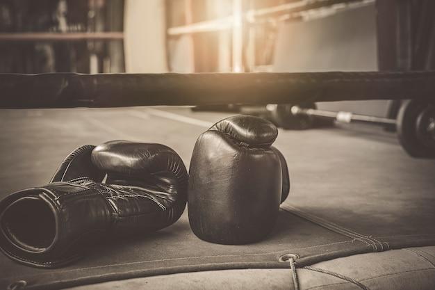 Guantes de boxeo negros de práctica en el gimnasio de boxeo