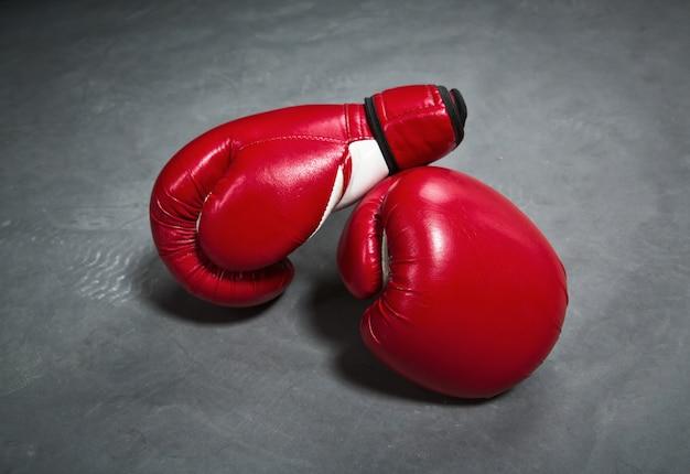Guantes de boxeo rojos, primer plano, nadie