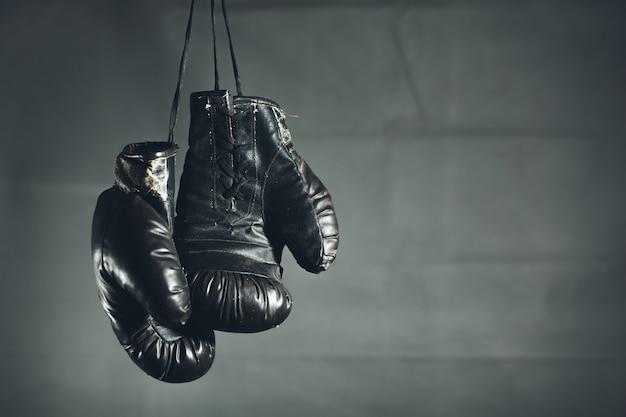 Guantes de boxeo sobre un fondo oscuro