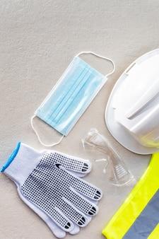 Guantes de construcción de seguridad planos y mascarilla médica