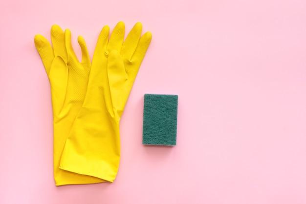 Guantes con esponja en rosa para limpiar habitaciones y en casa y en la oficina