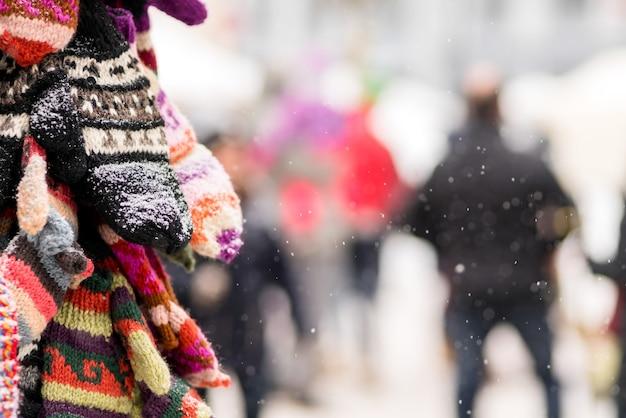 Guantes en exhibición en un día de nieve en la tarifa de invierno de la ciudad. festival de tarifas de regalos de navidad