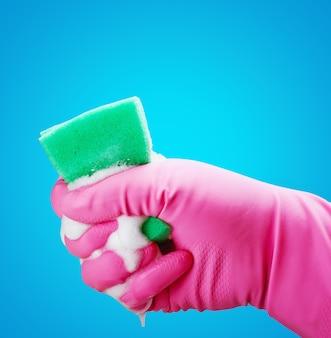 Guantes de mano y una esponja