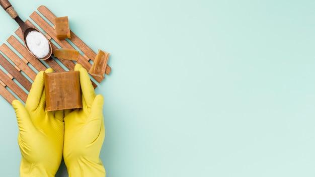 Guantes de protección y productos de limpieza ecológicos para el hogar