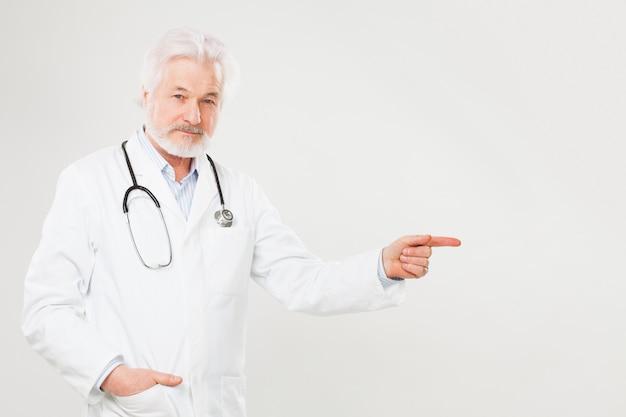 Guapo anciano médico en uniforme
