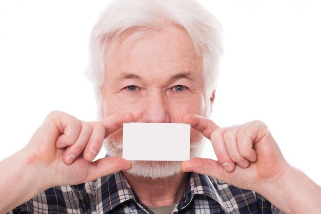 Guapo anciano con papel
