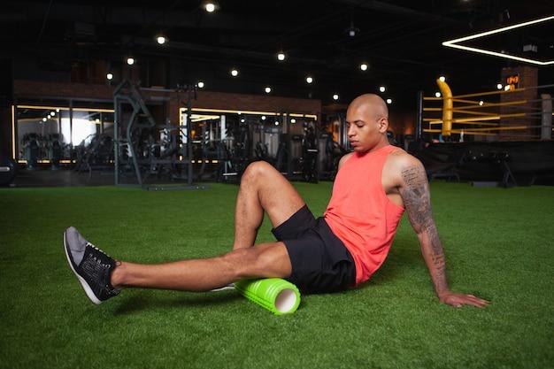 Guapo atleta africano masculino trabajando en el gimnasio