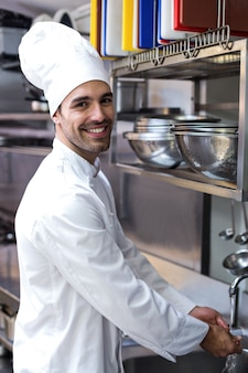 Guapo chef lavándose las manos