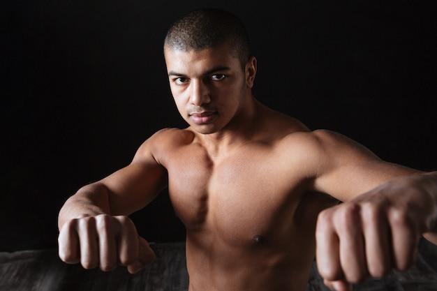 Guapo deportista joven afroamericano desnudo