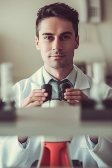 Guapo doctor en laboratorio