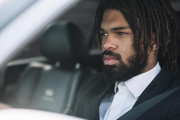 Guapo hombre afroamericano conduciendo