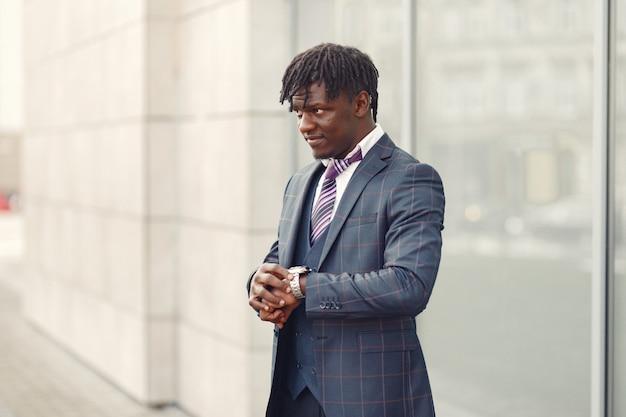 Guapo hombre negro con un traje azul
