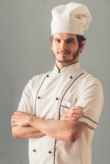 Guapo joven cocinero