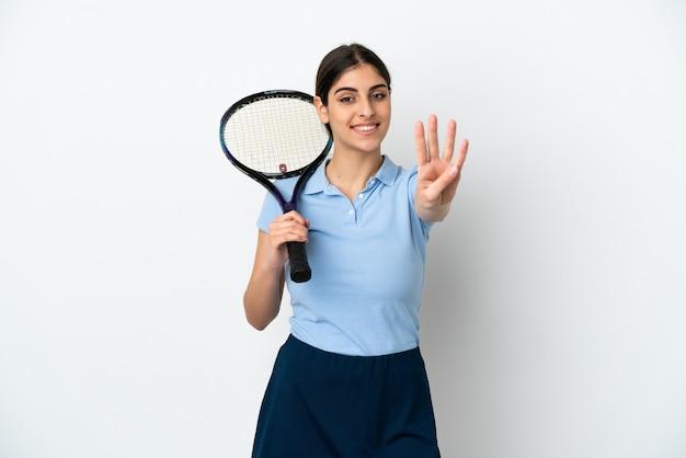 Guapo joven jugador de tenis mujer caucásica aislada sobre fondo blanco feliz y contando cuatro con los dedos