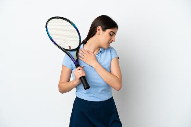 Guapo joven jugador de tenis mujer caucásica aislada sobre fondo blanco que sufre de dolor en el hombro por haber hecho un esfuerzo