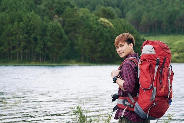 Guapo joven turista asiático