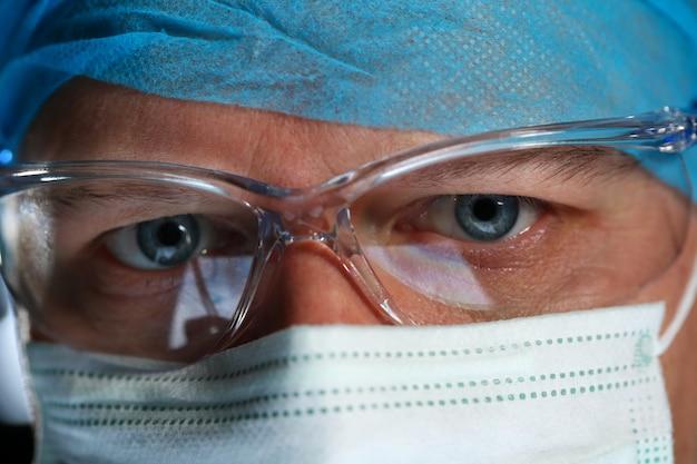 Guapo médico cara con máscara protectora