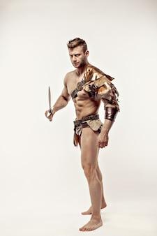 Guapo musculoso guerrero con espada
