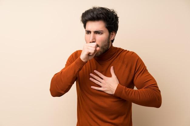 Guapo sobre muro aislado está sufriendo con tos y sintiéndose mal